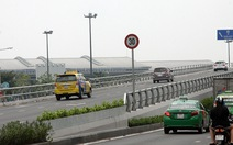 Xe 'bò' 30km/h lên cầu vượt cổng sân bay Tân Sơn Nhất