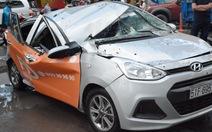 Cây cổ thụ bật gốc đè bẹp xe hơi đang chạy ở Sài Gòn