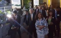 Ngoại trưởng Mỹ vào thắp nhang trong chùa Trấn Quốc