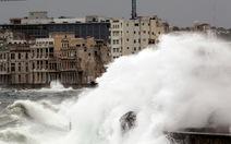 Sóng lớn như sóng thần vỗ bờ Cuba