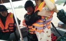 Vượt lũ dữ, đưa 3 thai phụ đến bệnh viện sinh con kịp thời