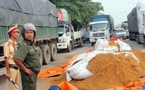 Xe đổ hàng tấn thức ăn gia súc, quốc lộ 51 kẹt xe gần 3km