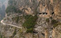 Đường hầm xuyên núi đá dựng đứng 'có một không hai'