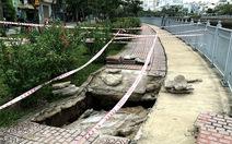 Vỉa hè bờ kênh Nhiêu Lộc sụp lún