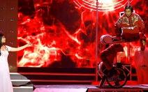 Clip sốc với màn cưa người đạp xe quanh sân khấu