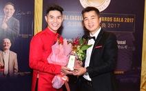 Hoàng tử Malaysia trao cúp vinh danh cho đạo diễn thời trang Việt Nam