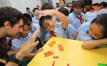 Có nên cấm giáo viên tiếng Anh dùng CD, bảng tương tác?
