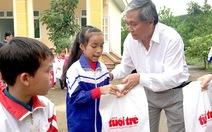 Trao 100 triệu của bạn đọc Tuổi Trẻ cho học sinh, bà con vùng lũ Hòa Bình