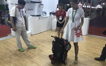 Đi hội chợ xem robot, ăn thịt nướng, ngồi ghế massage