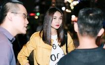 Fashionology Festival: Người mẫu che dù đi catwalk trong mưa