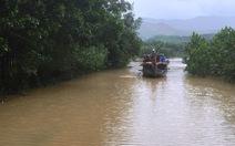 Nước lũ sông Thu Bồn tràn qua cầu cuốn trôi một cụ ông
