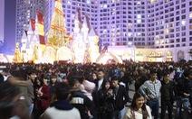 Kẹt cứng người dân Hà Nội đổ về khu vui chơi trong đêm Giáng sinh