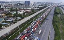 Hàng trăm xe kẹt dài trên xa lộ Hà Nội