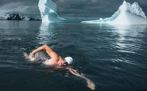 Người đàn ông cởi trần bất chấp giá lạnh bơi ở Nam Cực
