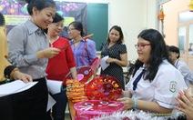 Học trò làm lồng đèn tặng trẻ khuyết tật