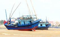 3 tàu cá mắc cạn, một ngư dân mất tích ở cửa biển Đà Diễn