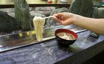Đến Nhật ăn mì trong máng nước