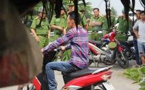Hàng chục cảnh sát bao vây thanh niên cầm dao cố thủ