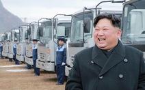 Ông Trump ký lệnh trừng phạt, ông Kim đi ngắm xe hơi