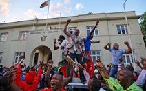 Thế giới qua ảnh: Chuyển giao quyền lực ở Zimbabwe, Đức nguy cơ bầu cử lại