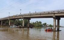 Sà lan phá nước chìm trên kênh Xáng, 2 vợ chồng mất tích