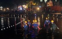 Hàng trăm công nhân nạo vét bùn hồ Gươm xuyên đêm