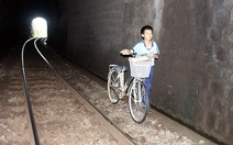 Học sinh 'chui' hầm đường sắt tới trường