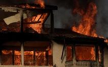 Hàng ngàn người tháo chạy vì cháy rừng ở California