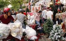 Người Sài Gòn rủ nhau đi sắm đồ trang trí Noel