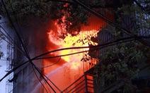 Cháy lớn tại quán phụ tùng xe