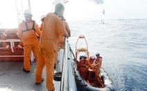Cứu sống 7 ngư dân chìm tàu trên biển