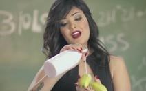 'Ăn chuối' trong video ca nhạc, nữ ca sĩ Ai Cập tù 2 năm
