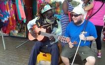 Người đàn ông mù, điếc, một mình chu du 125 quốc gia