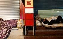Người vô gia cư co ro giữa đêm đông Hà Nội