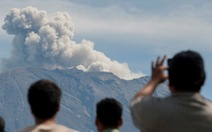 Núi lửa ở Indonesia rủ nhau thức giấc