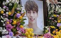 Nghệ sĩ Hàn và fan viếng ngôi sao Kpop Jonghyun (SHINee)