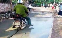 Bị ngăn cản vẫn thản nhiên đi xe máy vào đường đang đổ bêtông