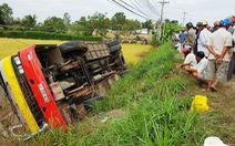 Xe buýt chở 30 khách lật trên Quốc lộ 62, 1 người chết