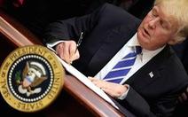 Tổng thống Trump ký 'quà Giáng sinh' cho dân Mỹ