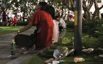 Phố đi bộ Nguyễn Huệ ngập rác đêm Noel