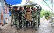 Bộ đội dầm mưa đưa cụ già 'liều chết ở nhà' đi sơ tán