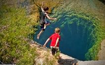Bể bơi tự nhiên 'không đáy' ở Texas