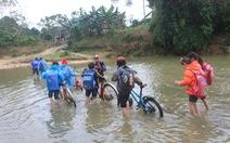 Học sinh lội suối đến trường trong cái lạnh dưới 10 độ