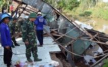 Bốn nhà dân bị sụp xuống kênh Cỏ Lau giữa tối khuya
