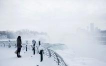 Thác đóng băng, du khách bất chấp lạnh vẫn đi ngắm