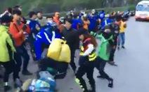 Tranh cãi việc nhóm phượt nhảy giữa đường đèo Mã Pí Lèng