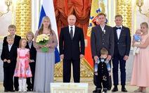 Nga tặng huân chương cho gia đình có 7 con
