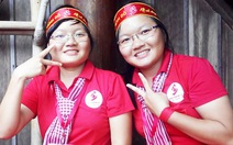Chị em song sinh cùng đi hiến máu vì mẹ 'xúi'
