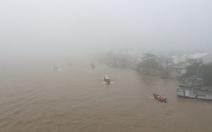 Sương mù bao phủ Cần Thơ, lái tàu phải phát loa xin đường
