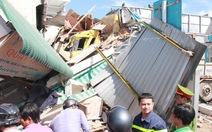 Kinh hoàng xe tải chở dăm tông sập bốn căn nhà bên đường